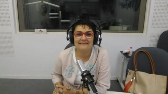 Clara Alarcón en los estudios de Onda Regional