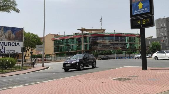 Termómetro al sol en la ciudad de Murcia este lunes