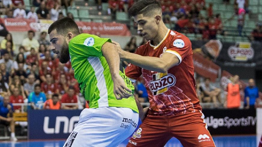 Darío pelea por el balón en el partido ElPozo-Palma. Foto: Pascu Méndez
