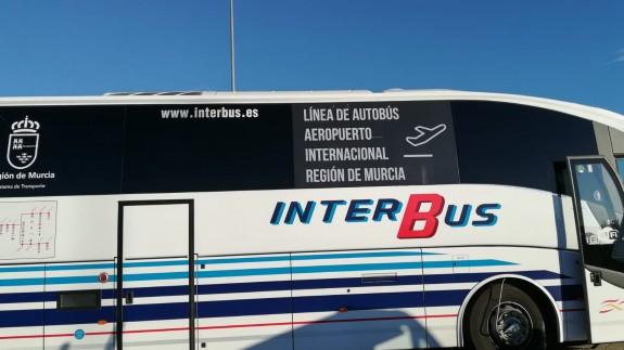 Uno de los vehículos que conecta el aeropuerto con varios destinos