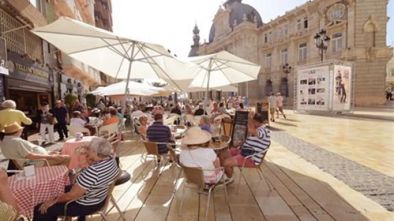 imagen de una terraza repleta de turistas