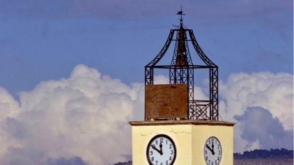 Estructura de hierro que rodea la campana del reloj de Pliego