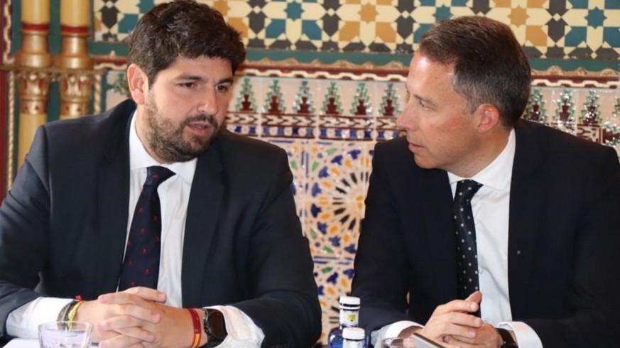 López Miras charla con el alcalde de Lorca, Fulgencio Gil.