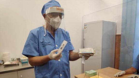 Un enfermero del servicio de vacunas del Ayuntamiento de Murcia