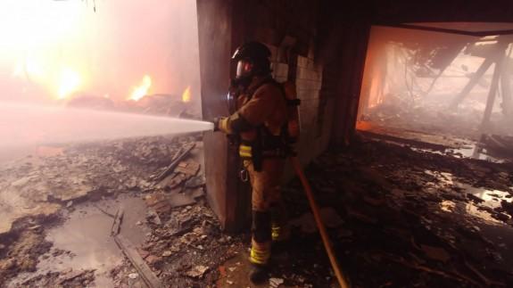 Controlado el fuego del almacén del polígono 'La Polvorista', en Molina