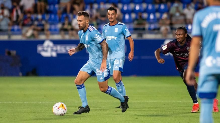 Sergio Tejera, al fondo detrás de Luna, en el partido ante el Huesca. Foto: FC Cartagena