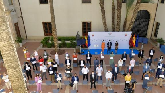 Foto de los representantes de empresas y entidades que han recogido su diploma. CARM