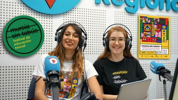 Mari Carmen López y María Dolores García con cartel de Murcia Sin Tabús