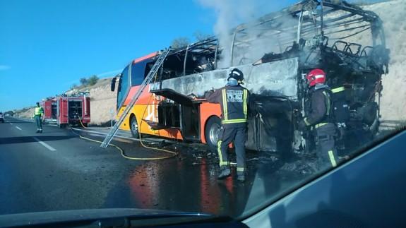 Autobús quemado en la autovía del Noroeste