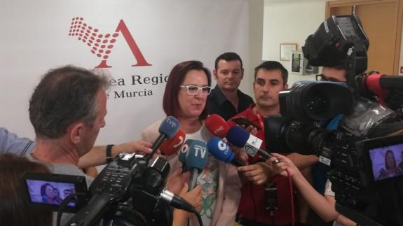 Isabel Franco atendiendo a los medios