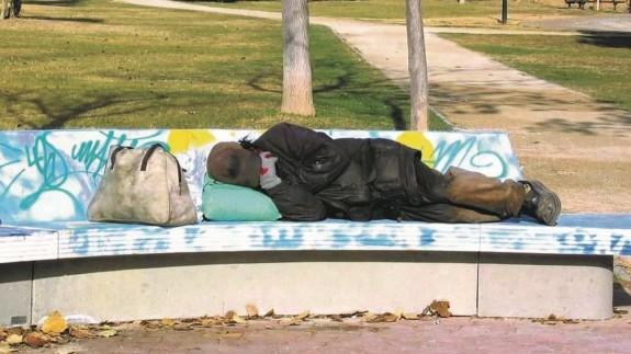 Una persona sin recursos durmiendo en un parque (archivo). EUROPA PRESS