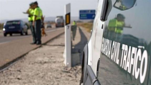 guardia civil de tráfico en una carretera