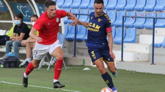 Viti se marcha de un rival en el UCAM Murcia-El Ejido. Foto: UCAM Murcia