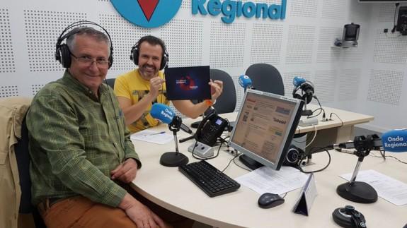 Mateo Rivas junto a Miguel Massotti en los estudios de Onda Regional
