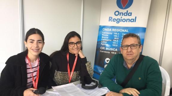 Mar Alemán, Ana Bernal y Manuel Gálvez, alumnas y profesor del Instituto Saavedra Fajardo