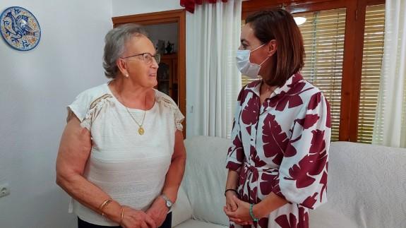 Ignacia López Moya con la concejal de Igualdad de Caravaca. AYTO CARAVACA