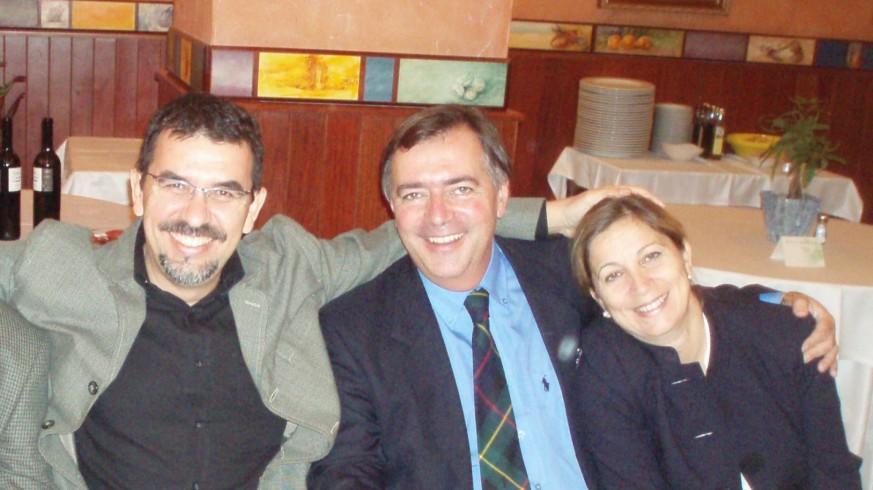 José Carrión (izquierda) y Geraldine Fynlayson (derecha) junto al marido de esta, Clive, en una imagen antes de la pandemia