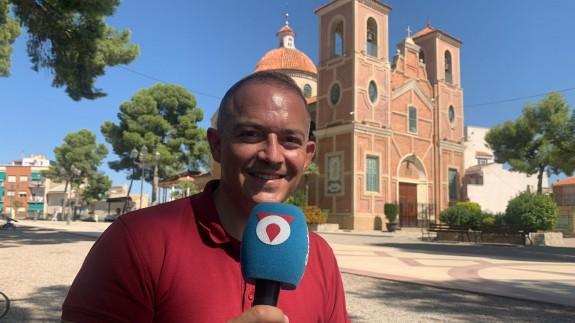 Jesús Gómez frente a la ermita de los Santos Médicos de Abarán. CLAUDIO CABALLERO