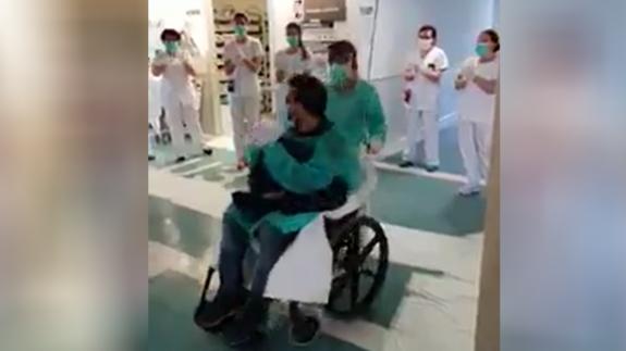 Jose, el primer paciente covid que salió del ingreso entre los aplausos de los sanitarios