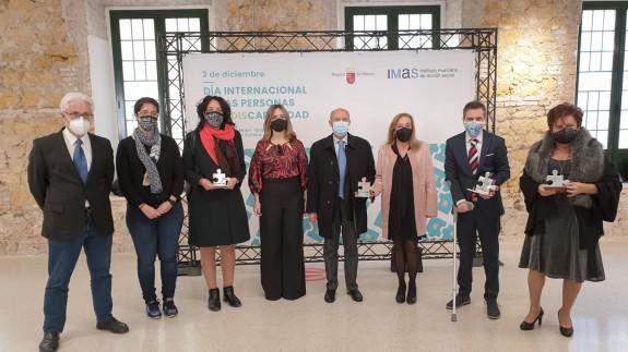 Conchita Ruiz con los galardonados en los 'Premios de la Discapacidad 2020'. ORM