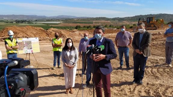 Luengo atiende a los medios durante su visita a Yecla