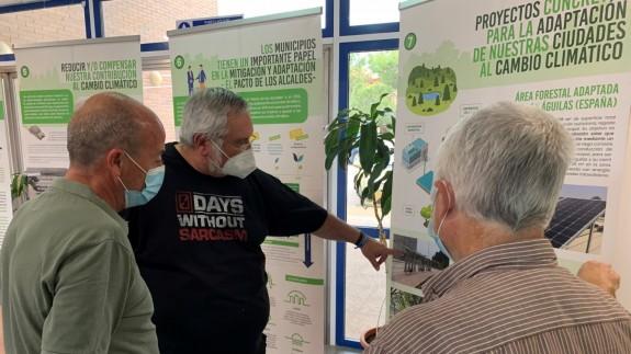 El concejal Ginés Desiderio Navarro explicando las actividades de este mes en Águilas