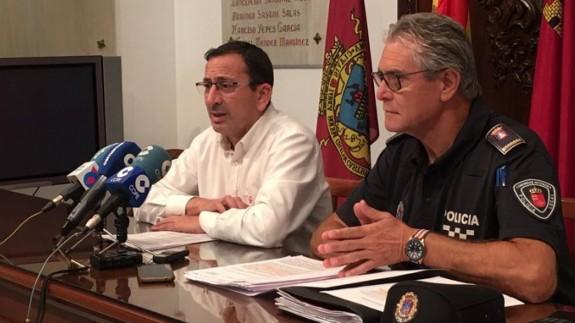 El concejal José Luis Ruiz y el jefe de la policía local, Jose Antonio Sansegundo, anunciando el plan de refuerzo policial