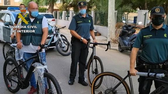Agentes con las bicicletas recuperadas en la Operación 'Bifloro'. GUARDIA CIVIL