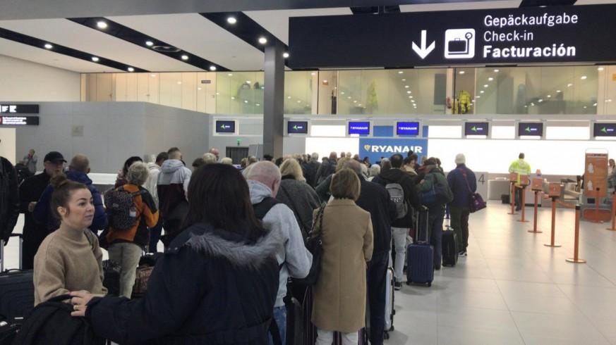 Colas en la zona embarque en el Aeropuerto de Corvera esta mañana