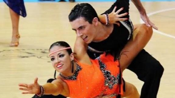 Una pareja realizando baile deportivo. FOTO: FEBD.