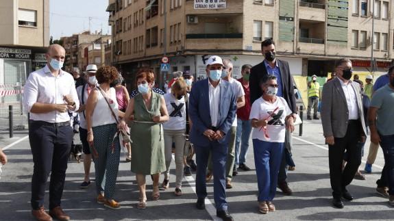 El alcalde Jose Antonio Serrano junto con algunos vecinos en la apertura del paso al tráfico