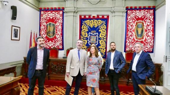 Manuel Cruz junto a la alcaldesa en funciones, Ana Belén Castejón