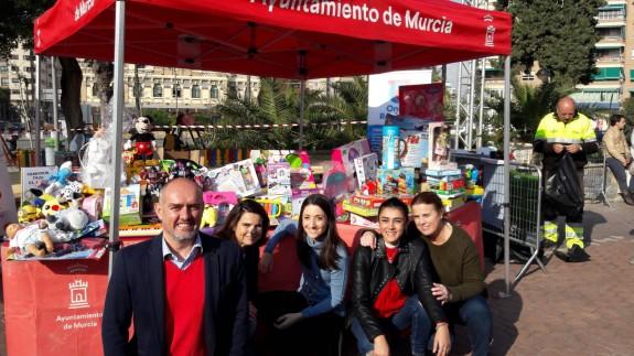 Stand de 'Nice Day' y Onda Regional en la Plaza Circular de Murcia