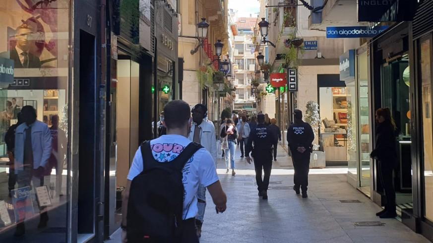 Una patrulla policial vigila las calles del centro de Murcia
