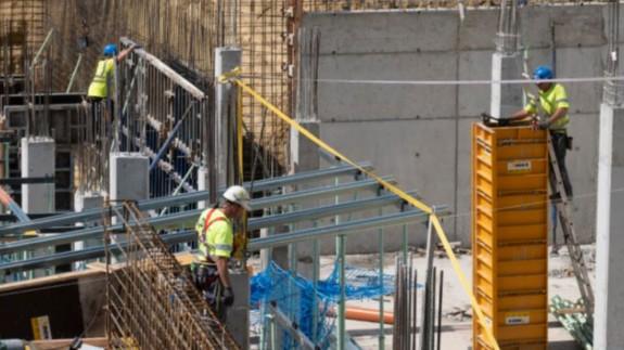 Obreros trabajando en la construcción de un edificio (archivo). EP
