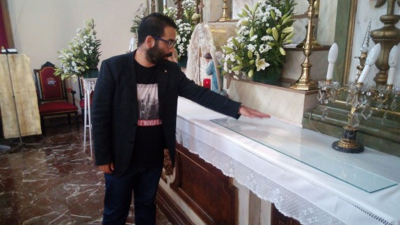 Juan del Amor Ruiz junto al altar restaurado