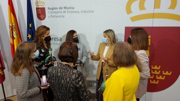 Martínez Vidal charla con las empresarias