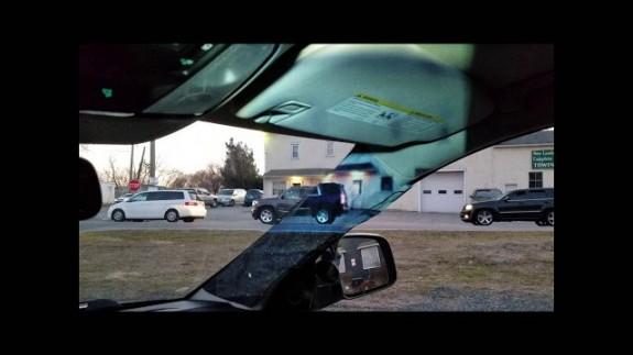 Así es el pilar transparente ideado por una chica para el coche de su madre