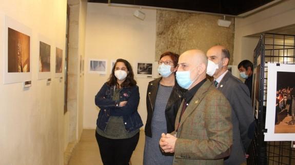 La Alcaldesa de Jumilla, Juana Guardiola (en el centro de la imagen), recorriendo la exposición