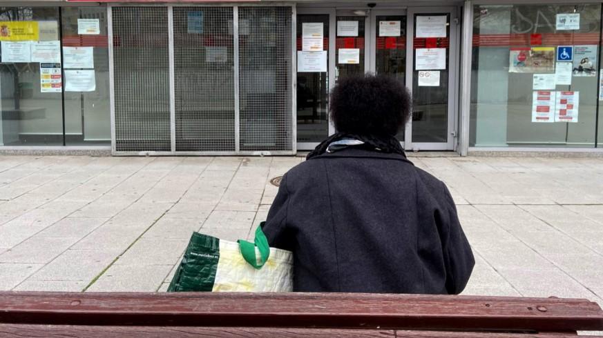 Una persona delante de una oficina de empleo