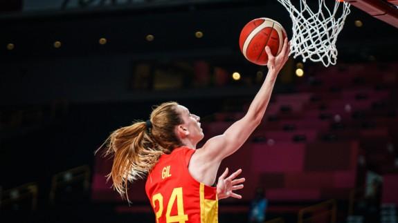 Laura Gil anota durante el partido. Foto: Baloncesto España