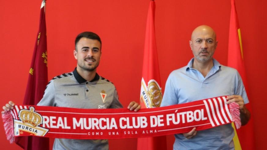 Silvente y Manolo Molina, en la última actualización de contrato del delantero. Foto: Real Murcia
