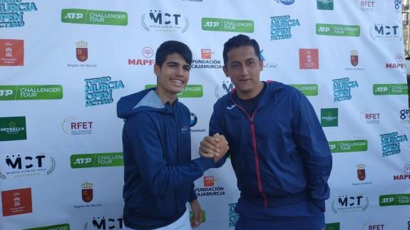 Carlos Alcaraz posa con Nicolás Almagro en el Murcia Club de Tenis