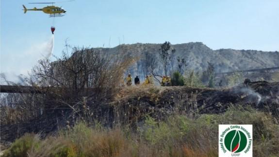 El helicóptero en el incendio de la rambla de Albudeite