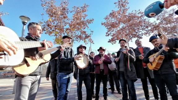 La cuadrilla de Bullas actuando en las calles de Patiño