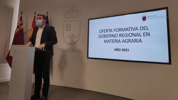 El consejero, Antonio Luengo, en la presentación de los cursos de formación. ORM