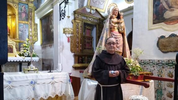 El Padre Oliver junto a la imagen de Santa Ana