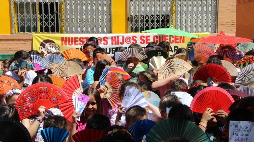 Protesta con abanicos en el colegio Félix Rodríguez de la Fuente