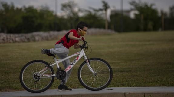 Un niño en bicicleta por la calle