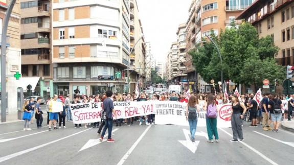 La manifestación discurriendo por la Gran Vía de Murcia